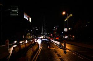 Dit is hoe ik Rotterdam zie: de mystieke stad die in het donker schijnt. Herken jij de verticale silhoueten in de verte?
