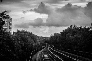 Deze foto is gemaakt bij metrostation Maashaven in Rotterdam. Ik stond vlak bij de rand van het perron – half hangend over het spoor- om dit te fotograferen. Natuurlijk keek ik uit of er geen metro aan kwam rijden. Een riskante onderneming, maar het effect is er wel naar! Het gevoel dat ik bij dit plaatje krijg: soms hangt er een grijze wolk boven je , terwijl je bezig bent om je eigen pad in je leven te volgen. Maar dat moet je er niet van weerhouden om voor je dromen te vechten. Ik doe dat ook!
